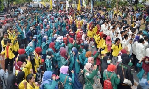 Mahasiswa se-Indonesia Gelar Aksi Demo di DPR dan Istana Negara