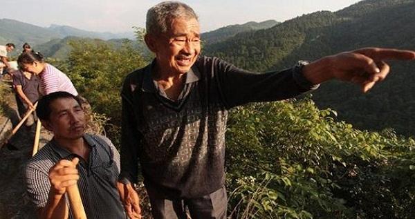 Hebat, Kakek Berusia 81 Tahun Membelah Gunung agar Desanya Teraliri Air