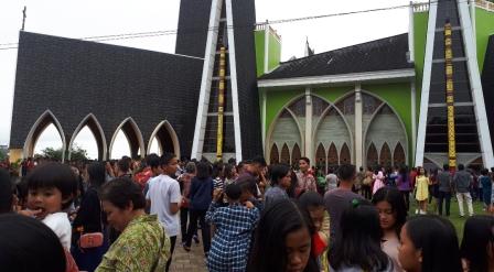 Gereja katedral Penuh hadiri puluhan ribu umat katolik