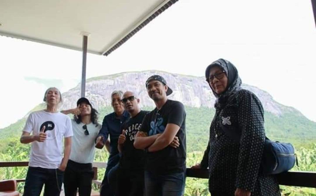 Slank hadir nikmati pemandangan di balik bukit kelam bersama Bupati Sintang.