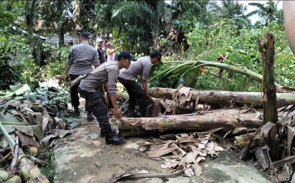 Kapolsek Ela Hilir Tinjau Korban Bencana Angin Puting Beliung Di Desa Pelempai Jaya Dan Desa Nanga Ella