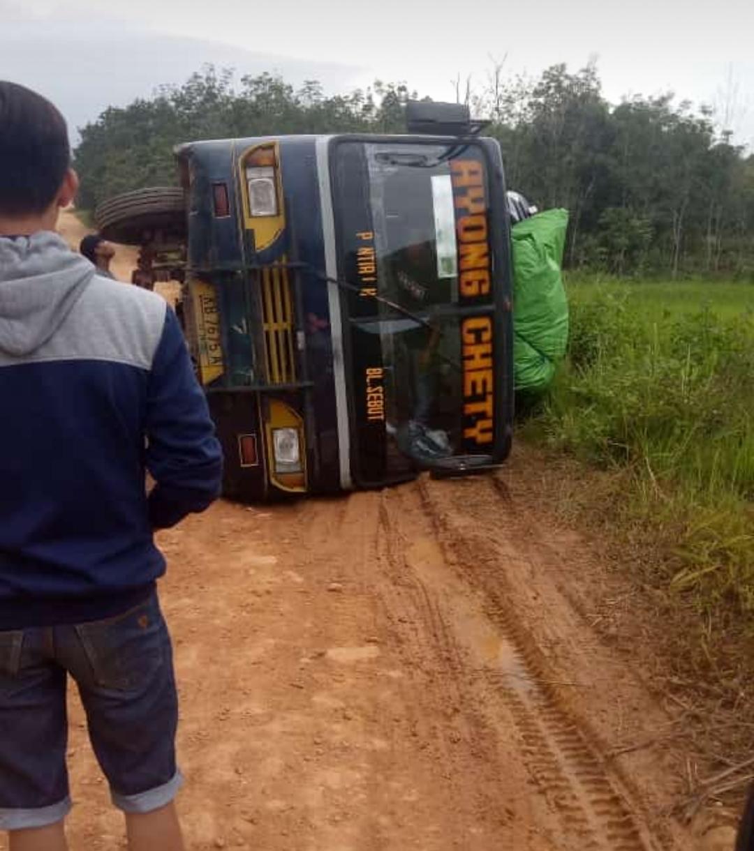 """BerakingNews : Bus Balai Sebut-Pontianak """" ayong Cety"""" Tumbang."""