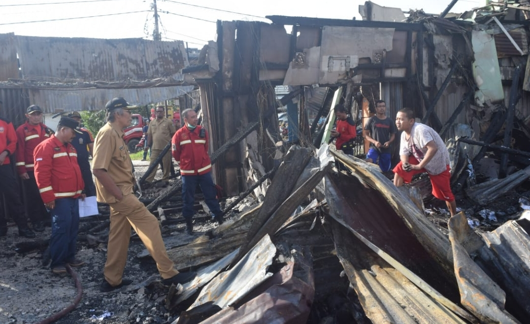 Bupati Sintang dr. Jarot Winarno Tinjau Lokasi Kebakaran.