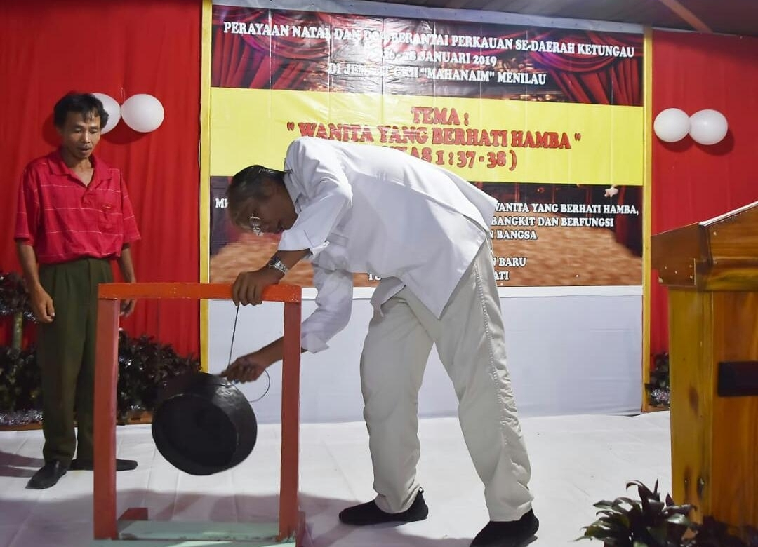 Pemukulan Gong Oleh Bupati Sintang Tanda Resminya dibuka Kegiatan Perayaan Natal Bersama Dan Doa Berantai perkauan Se-Daerah Ketungau