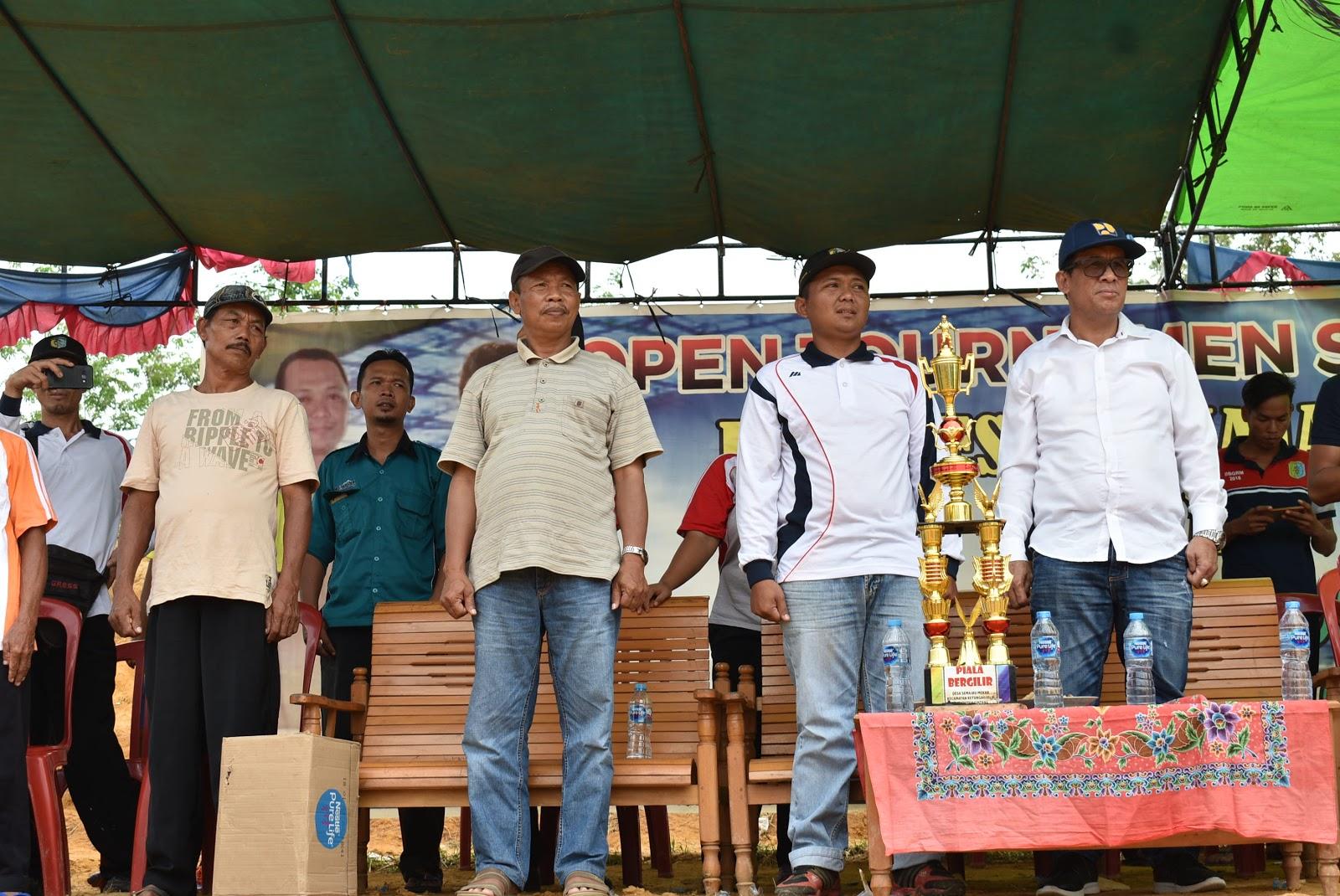 Kepala PU Sintang tutup turnamen sepak bola,hari ulang tahun desa semajau mekar