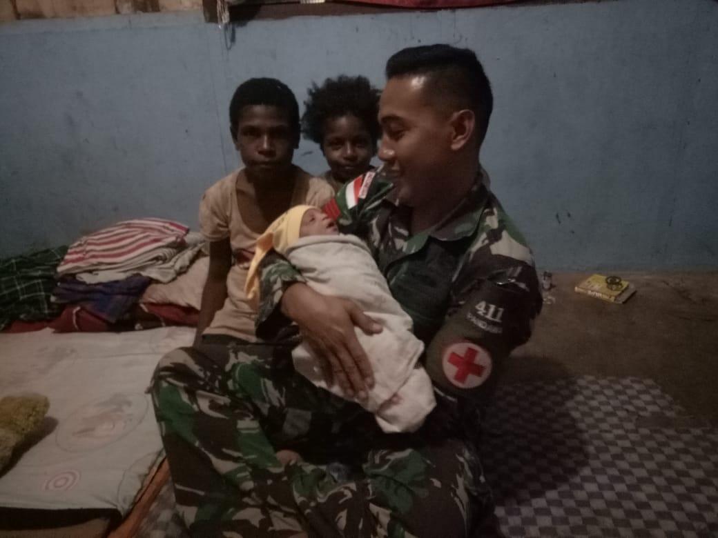 Personel Satgas Yonif MR 411/Pandawa Kostrad Bantu Persalinan Warga di Tapal Batas