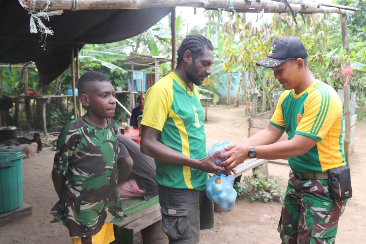 Personel Satgas Pamtas RI-PNG Yonif 411 Kostrad Bantu Panen Tomat di Kampung Sota