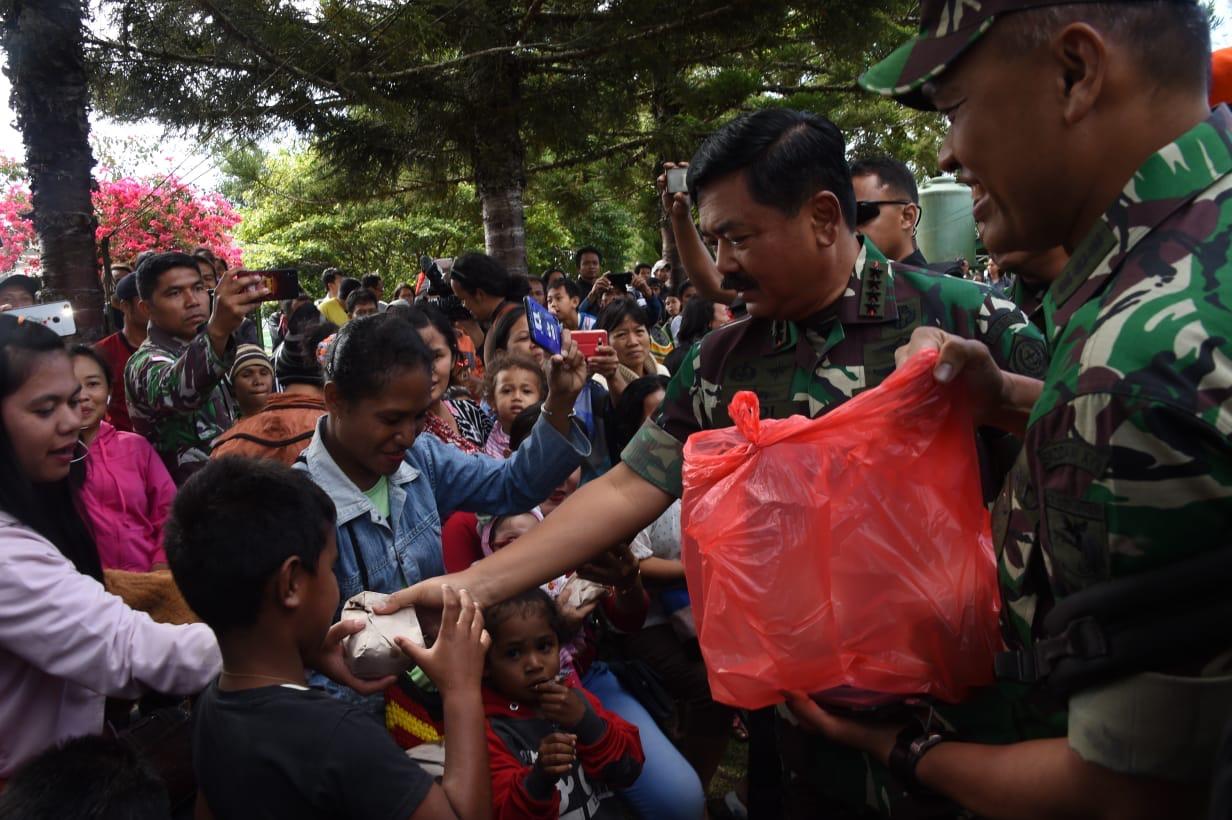 Panglima TNI Sambangi Pengungsi Wamena