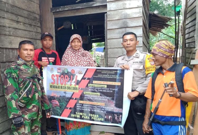 Cegah Dini Karhutla Babinsa Sungai Paduan Beri Sosialisasi Warga