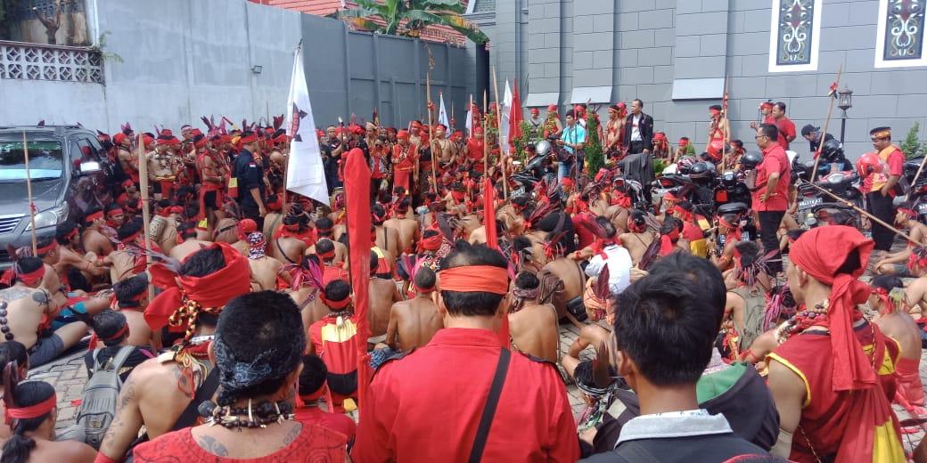Foto : Unjuk Rasa Bebaskan Peladang Mulai Memenuhi Halaman Depan Kantor PN Sintang