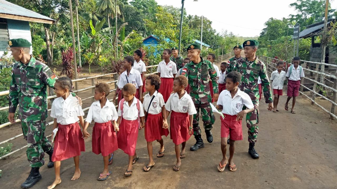 Maknai Jiwa Pahlawan Masa Kini, Anggota TNI Pamtas RI-PNG Antarkan Siswa Pergi Sekolah