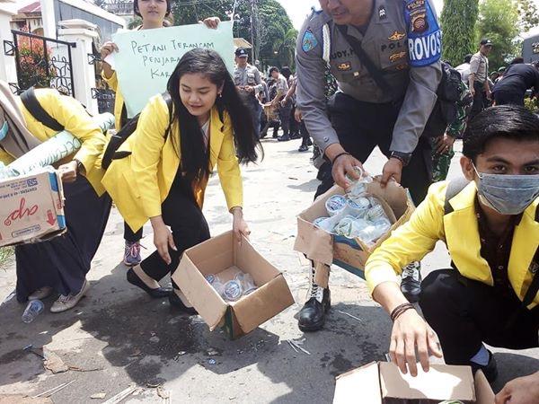 Foto : Usai Unjuk Rasa Sejumlah Mahasiswa dan TNI,Polri Bersihkan Sampah Bersama