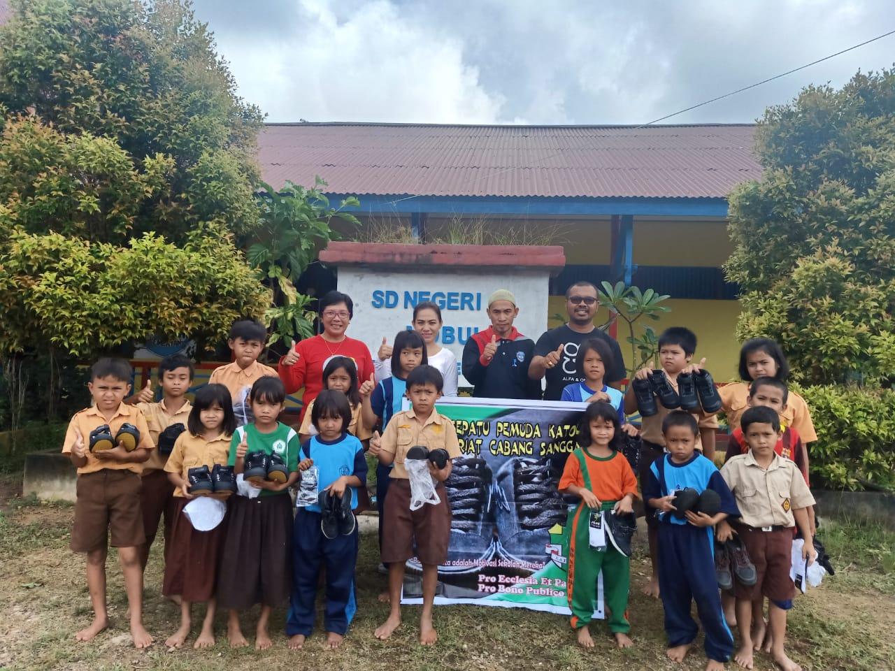 Pemuda Katolik Komcab Sanggau Salurkan Bantuan BANK SEPATU.