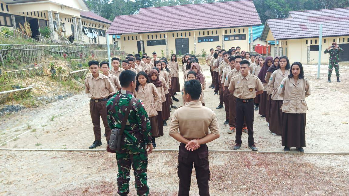 Satgas Yonif Raider 641 Bangun Karakter dan Disiplin Siswa – siswi Melalui Pramuka