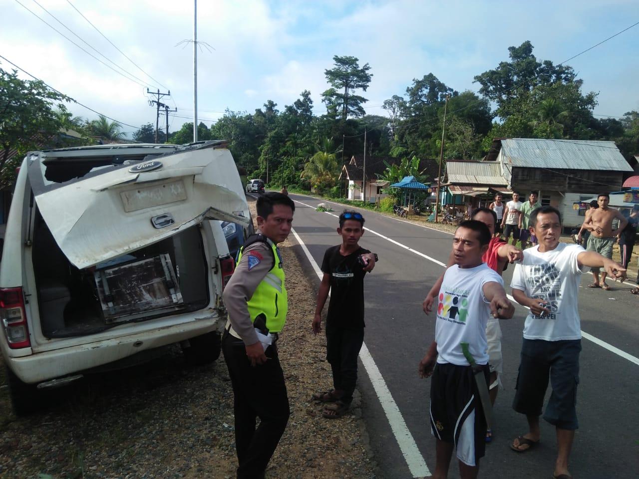 Usai Turunkan Jenazah,Ambulance di Hantam Dum Truck Hingga Rinsek