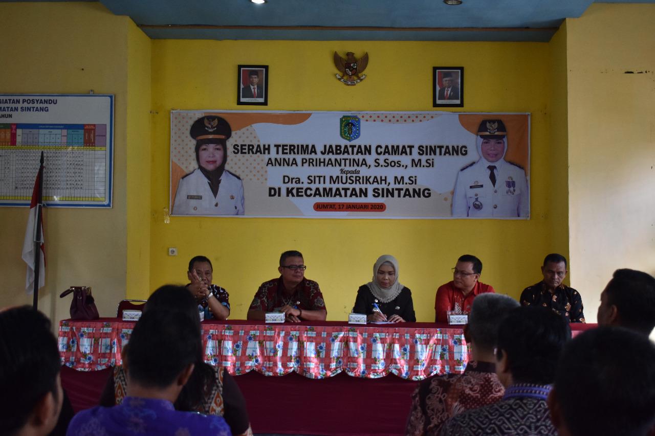 Anggota DPRD Sintang Dari Fraksi PDIP, Hadiri Sertijab Camat Sintang