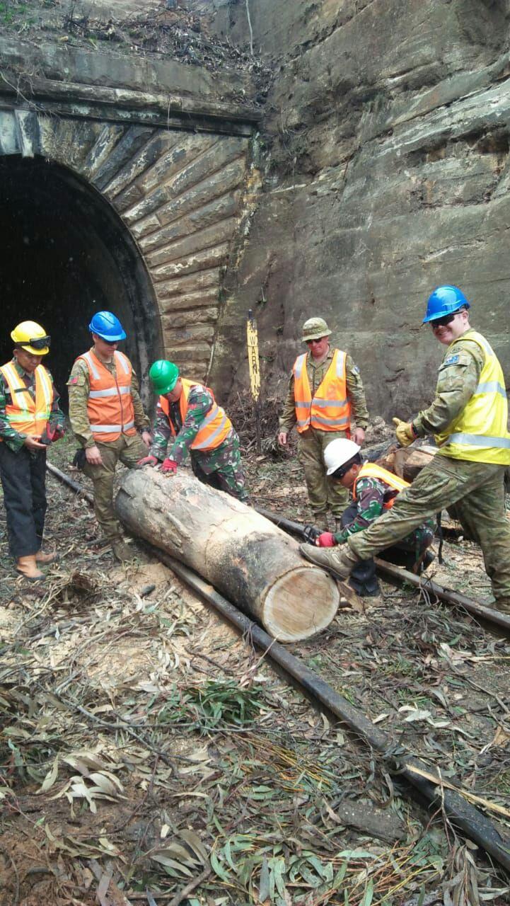Satgas Garuda TNI Bush Fire Assist TNI Buka Jalur Rel Kereta Zig Zag Railway di Lithgow NSW