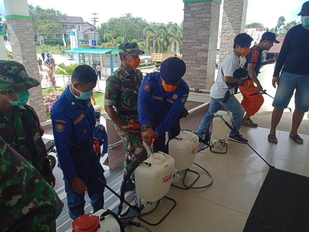 WASPADA COVID-19, BPBD BERSINERGI DENGAN TNI-POLRI SEMPROTKAN DESINFEKTAN