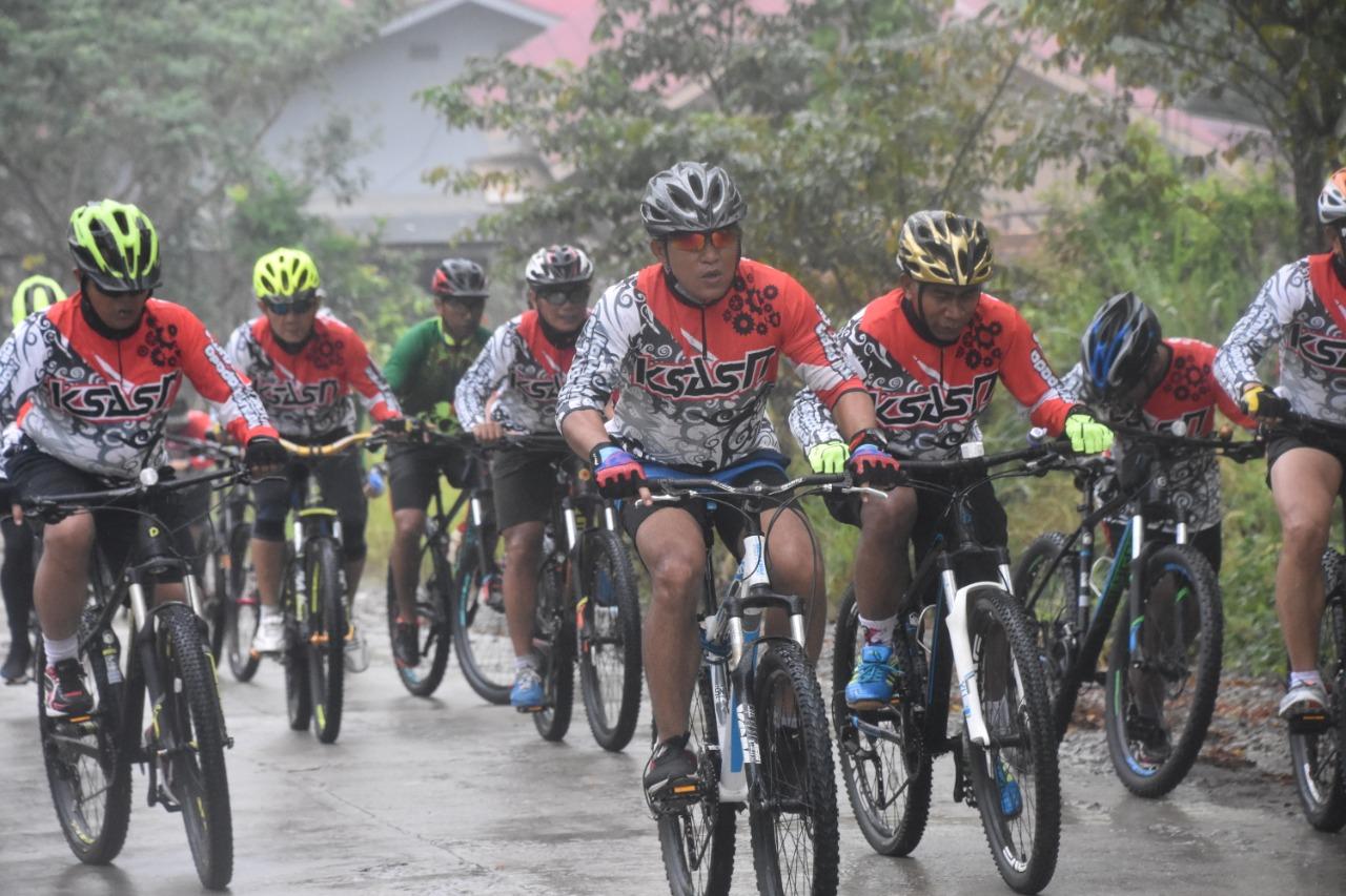 Walau Cuaca Mendung Komunitas Sepeda Aji Surya Natakesuma (KSASN) Nekad Kayuh Hingga Tanjaki Bukit