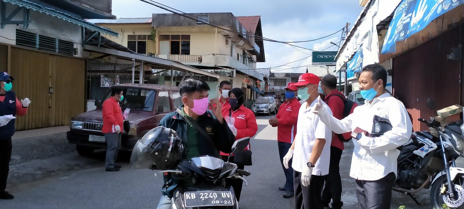 Sambil Bagi Masker PMI Sanggau Minta Masyarakat Patuhi Protokol Kesehatan Penanganan dan  Pencegahan Covid-19