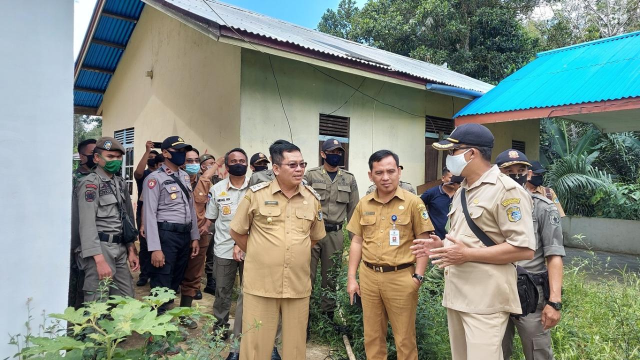 Wabup Sintang Tenangkan Warga Sikapi Aksi Penyegelan Kantor Desa