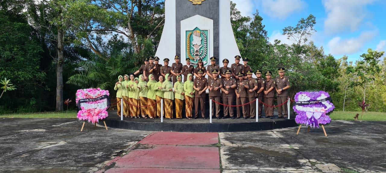 Rangkaian Hari Bhakti Adhyaksa Ke-60, Kejaksaan Negeri Sanggau Melakukan Ziarah di Taman Makam Pahlawan Kabupaten Sanggau