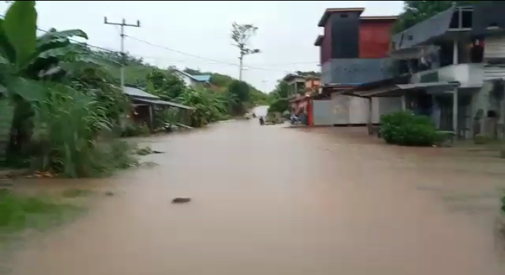 Banjir Genangi Jalan Engkayu Desa Seribot-Bonti Setinggi 1 Meter