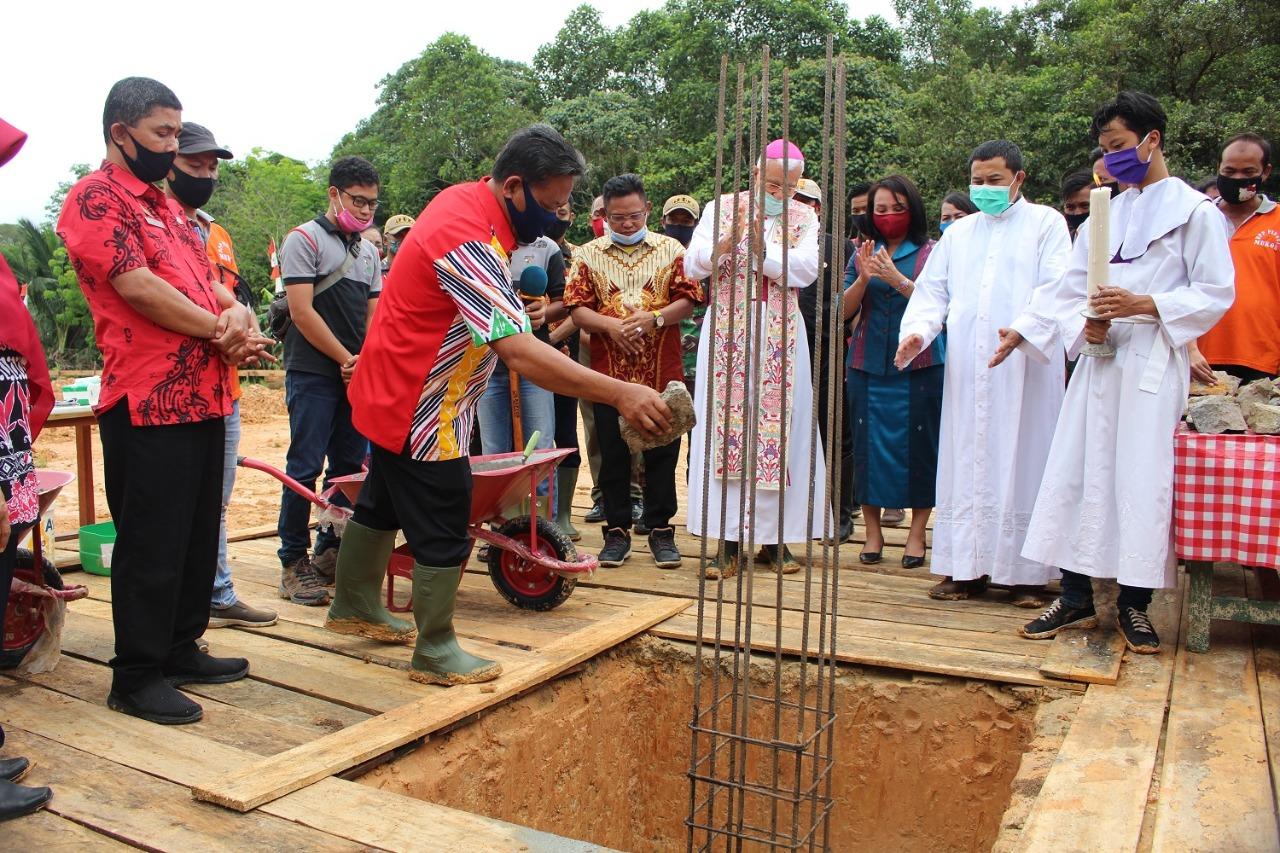 Bupati Sanggau Menghadiri Peletakan Batu Pertama Gereja Santo Paulus Rasul Kecamatan Mokok