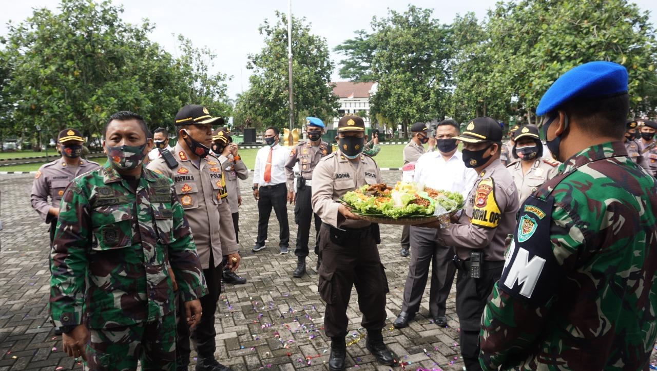 Polres Pandeglang Datangi Kodim 0601/ Pandeglang Beri Kejutan HUT TNI Ke-75
