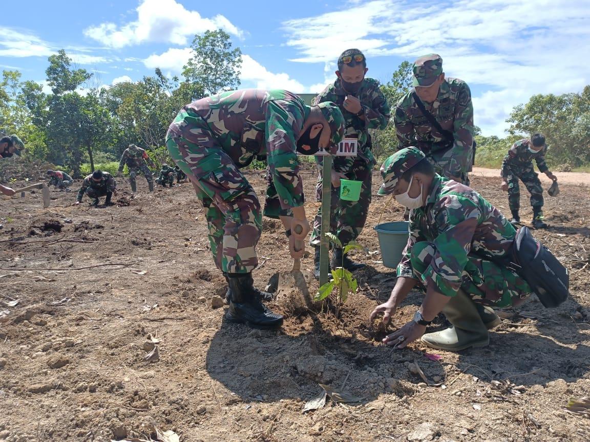 Tanam Pohon Bersama Warga, Wujud Kodim Ketapang Peduli Kelestarian Lingkungan