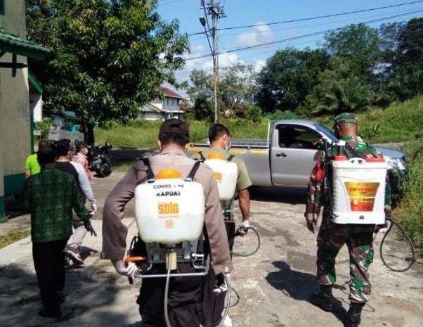 Babinsa dan tim gugus tugas satgas Covid-19 melaksanakan penyemprotan disinfektan dirumah warga