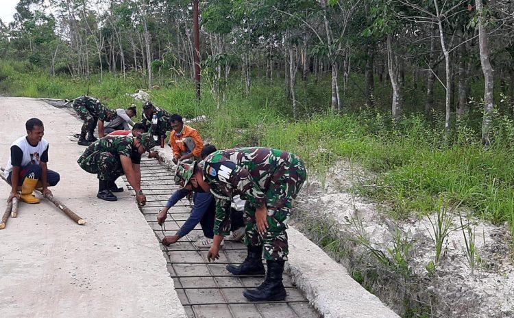 Personel Subdenpom XII/2-5 Buntok bantu pengecoran bahu jalan.