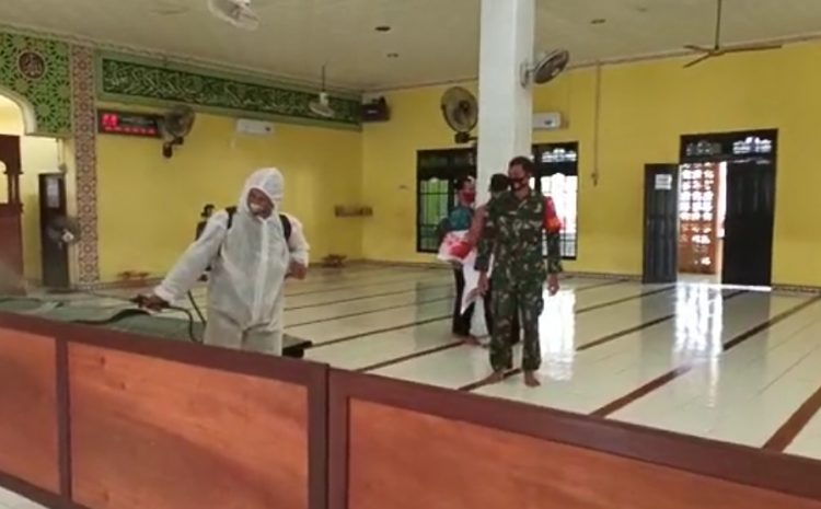 Babinsa Koramil Mandor Lakukan Penyemprotan Disinfektan di Masjid Baitul Jama'iyah
