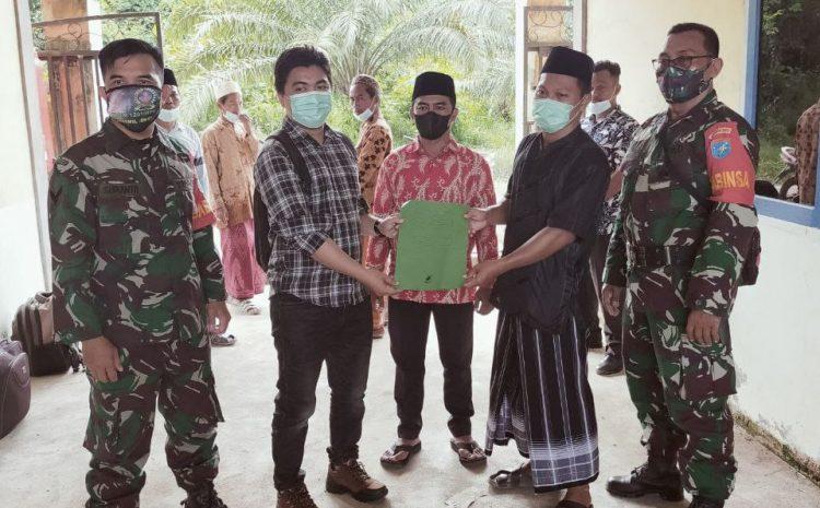 Babinsa Koramil Sengah Temila dan Pemuda Muslim Kabupaten Landak Bagikan Bantuan Kemanusiaan