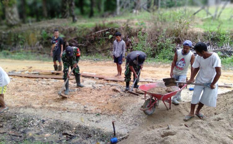 Di Ngabang, Personil Koramil dan Warga Gotong Royong Perbaiki Jalan
