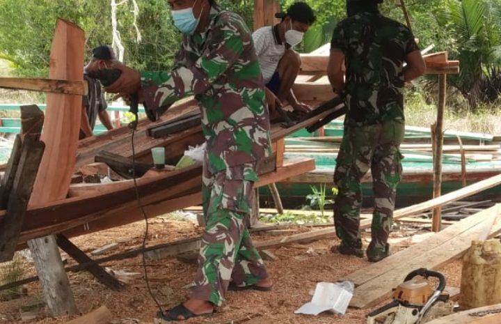 Anggota Zidam Bantu Masyarakat Buat Perahu Tingkatkan Ekonomi Kebutuhan Nelayan di Kabupaten Sambas